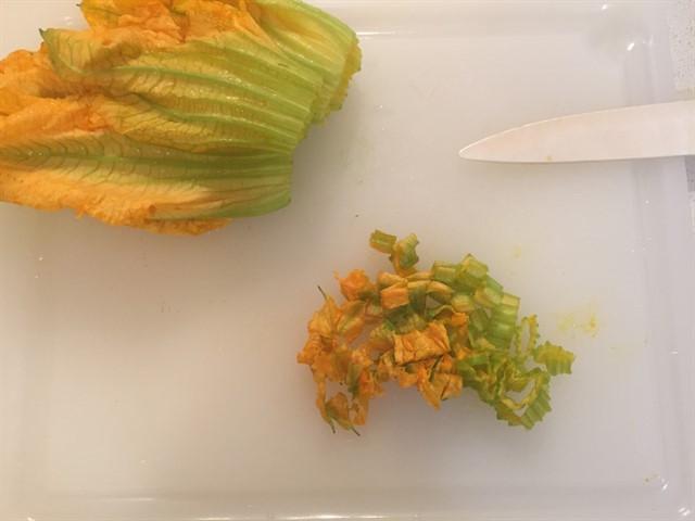 orzotto con zafferano, zucchine e fiori di zucca