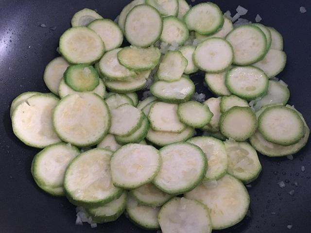 preparazione-pasta-con-zucchine-e-gamberetti-2