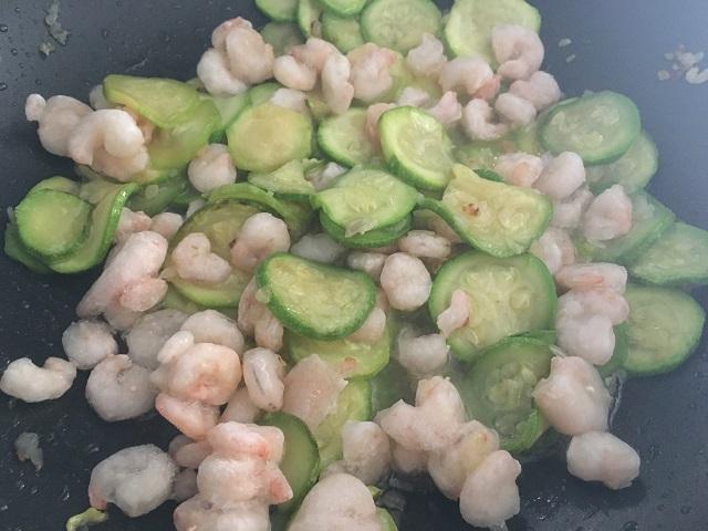 preparazione-pasta-con-zucchine-e-gamberetti-3