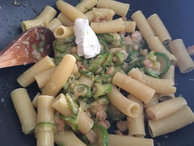 preparazione-pasta-con-zucchine-e-gamberetti-5