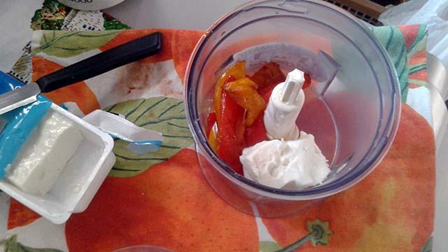 peperoni nel mixer con formaggio